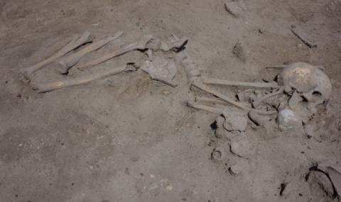 Археолози от БАН откриха гроб на 7600 години