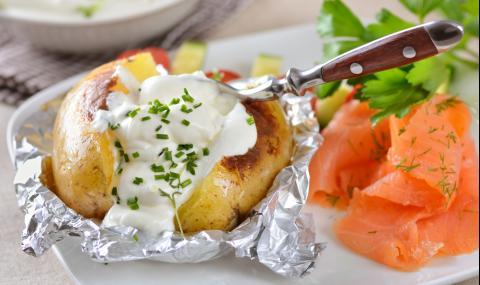 Рецепта за вечеря: Картофи във фолио с подправки и сметана