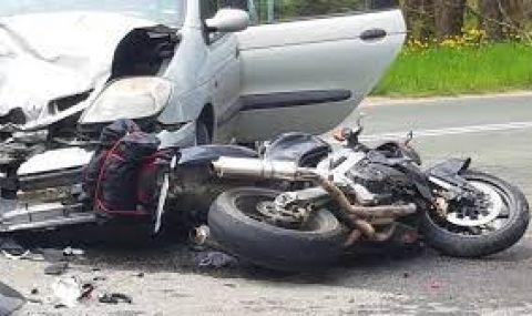 Моторист е в тежко състояние след сблъсък с кола в София
