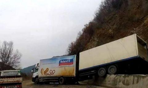Зрелищна каскада затвори пътя между Банско и Гоце Делчев