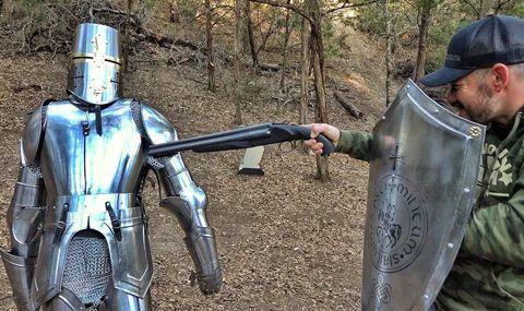 Издържа ли рицарската броня на съвременни оръжия? (ВИДЕО)