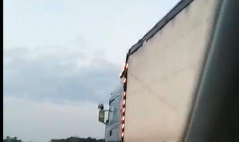 В деня на кървавата катастрофа на АМ Тракия: ТИР изпреварва в аварийната лента с бясна скорост (ВИДЕО)