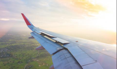 Жена се разходи по крилото на самолет (ВИДЕО)