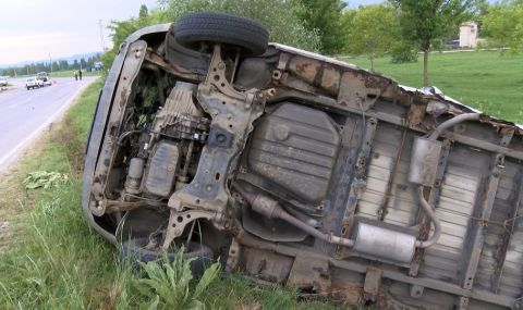 Автомобил се преобърна между Кресна и Симитли