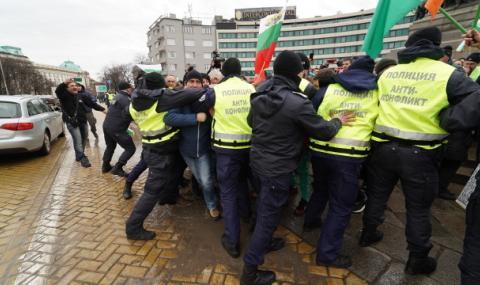Полицаи и протестиращи се биха в центъра на София ВИДЕО