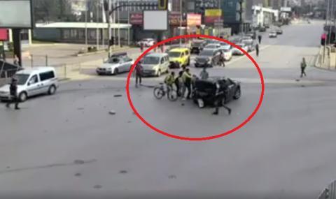Ново ВИДЕО показва как очевидци вадят Милен Цветков от колата