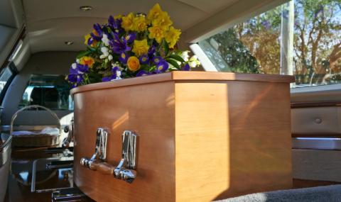 Без близки погребаха двете жени, жертви на коронавируса