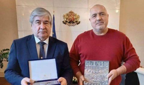 По кой протокол премиер ще приеме заминаващ си посланик, небрежно облечен с… пуловер?
