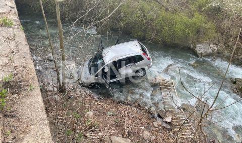 Зрелищна каскада край Враца. Кола скочи в река Лева (СНИМКИ)