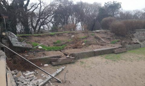 Проливните дъждове деформираха плажовете в Созопол и нанесоха сериозни щети (СНИМКИ)