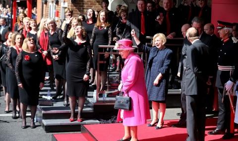 Стани, минава кралицата на народа