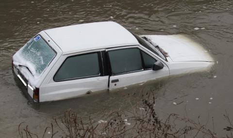 Непълнолетен избяга от полицията, колата му затъна в река