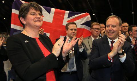 Първият министър на Северна Ирландия се оттегли