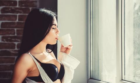 Секси блогърка предлага рецепта за смути със семенна течност в борбата с коронавируса (ВИДЕО)