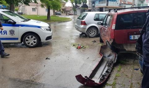 Шофьор блъсна жена, коли, електрически стълб и стена (ВИДЕО + СНИМКИ)