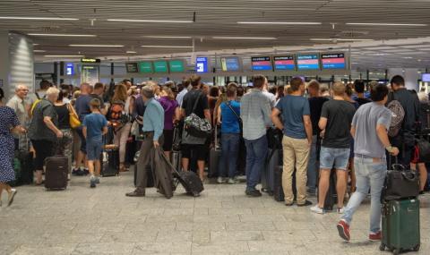 Деветима българи блокирани втори ден на летището във Франкфурт