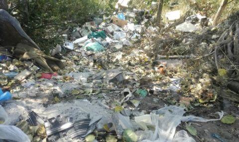 Тонове боклуци по поречието на Места
