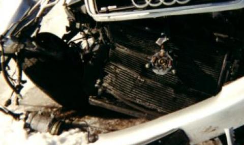 Шофьор уби спътницата си при челен удар