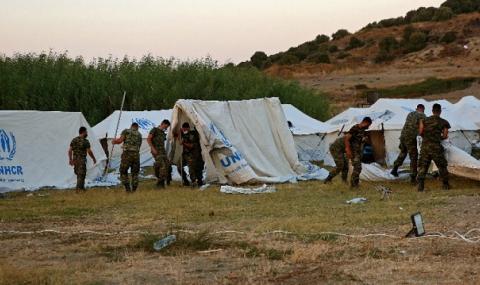 """Палатки и кораби приютяват мигрантите от лагера """"Мория"""" на Лесбос"""