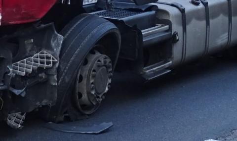 Лек автомобил и камион с коне катастрофираха на пътя София-Варна
