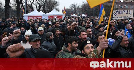 Арменският премиер отстъпи пред опозицията и обеща предсрочни парламентарни избори.