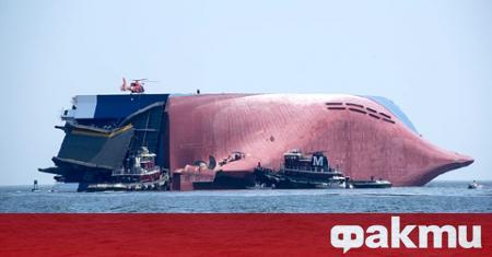 Товарният кораб MV Golden Ray, който се преобърна с 4