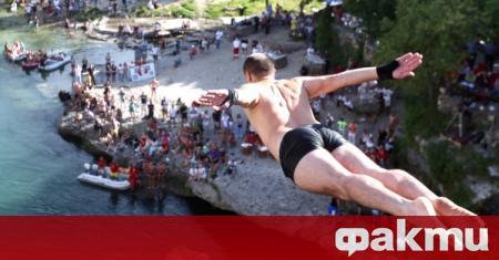 Авантюристи направиха смели скокове от моста в град Мостар, съобщи