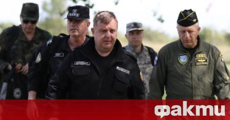 Министърът на отбраната Красимир Каракачанов наблюдава заключителния етап от курса