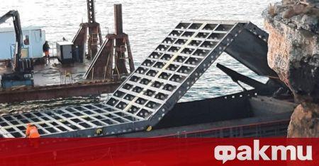 Продължава операцията по разтоварването и изваждането на заседналия кораб