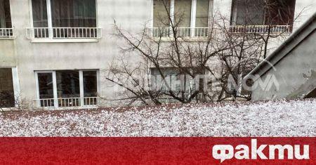 Градушка удари южните квартали в София. Местни са заснели малки