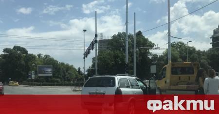 Лека катастрофа затрудни временно движението под моста на НДК в