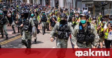 Полицията в Хонконг използва патрони с лютиви вещества за разпръсване
