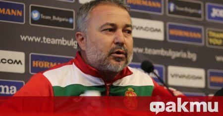 Селекционерът на България Ясен Петров говори на брифинг преди мача