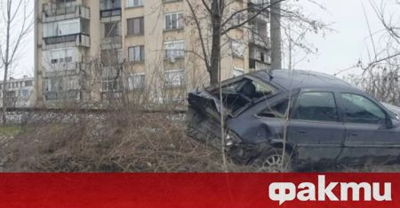 """""""БМВ"""" настигна и удари отзад """"Опел"""" на казанлъшката улица """"Севт"""