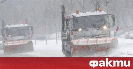 Снежно торнадо се извива в някои участъци на магистрала Тракия.