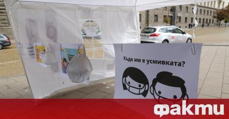Родители отново излязоха на протест срещу изискването учениците да носят