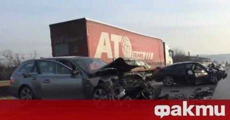 Жесток челен удар между двa леки автомобила временно затвори пътя