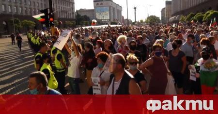 Привърженици на ГЕРБ и правителстовото също излязоха днес в центъра