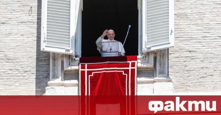 Главата на Римокатолическата църква направи символично дарение на фона на