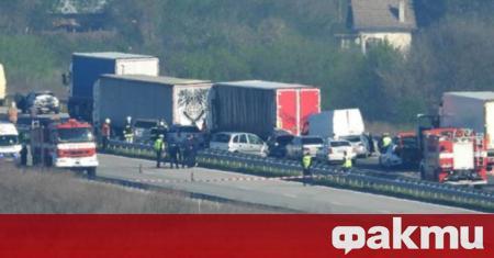 Верижна катастрофа е станала на автомагистрала