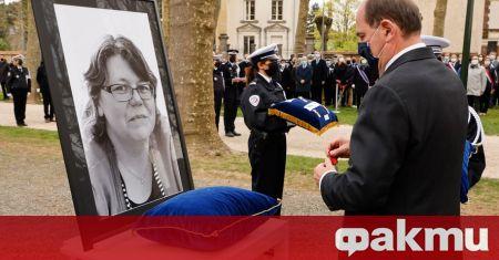 Франция отдава почит на убитата административна служителка на полицията Стефани