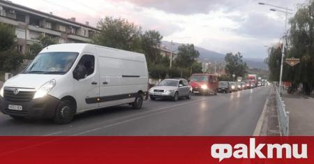 Протестиращи граждани блокираха път Е-79 при Кресна. Недоволстващите минават по