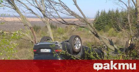 Кола се обърна в канавката на пътя Варна - Бургас.