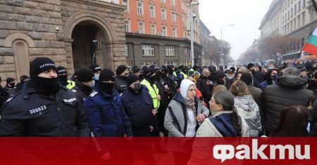 Протестът на недоволните срещу мерките на правителството се премести пред