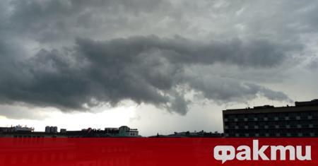 Силна буря събори дървета и затрудни движението в София. Най-обилни