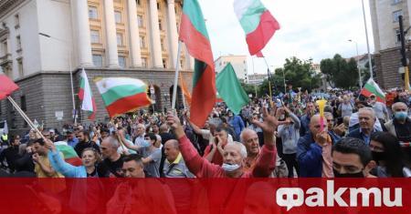 Протестиращите срещу правителството продължават да настояват мирно за оставката на