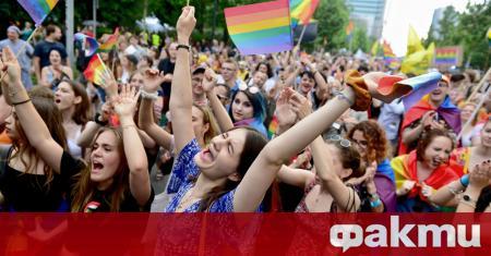 Полската полиция арестува трима гей активисти за оскверняване на статуи