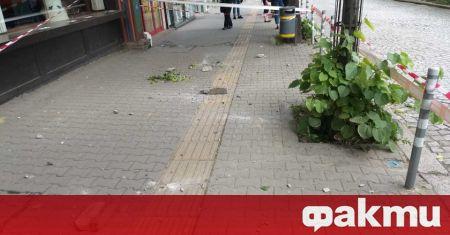 Отломка от фасада на сграда падна в близост до автобусна
