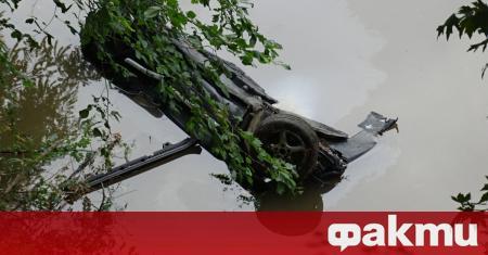 Двама души пострадаха, след като лек автомобил Volkswagen излезе от