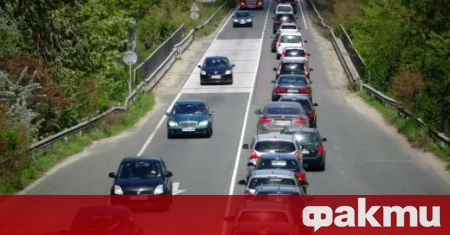 Очаквано-интензивен e автомобилният трафик в почивния ден. Много хора сляха